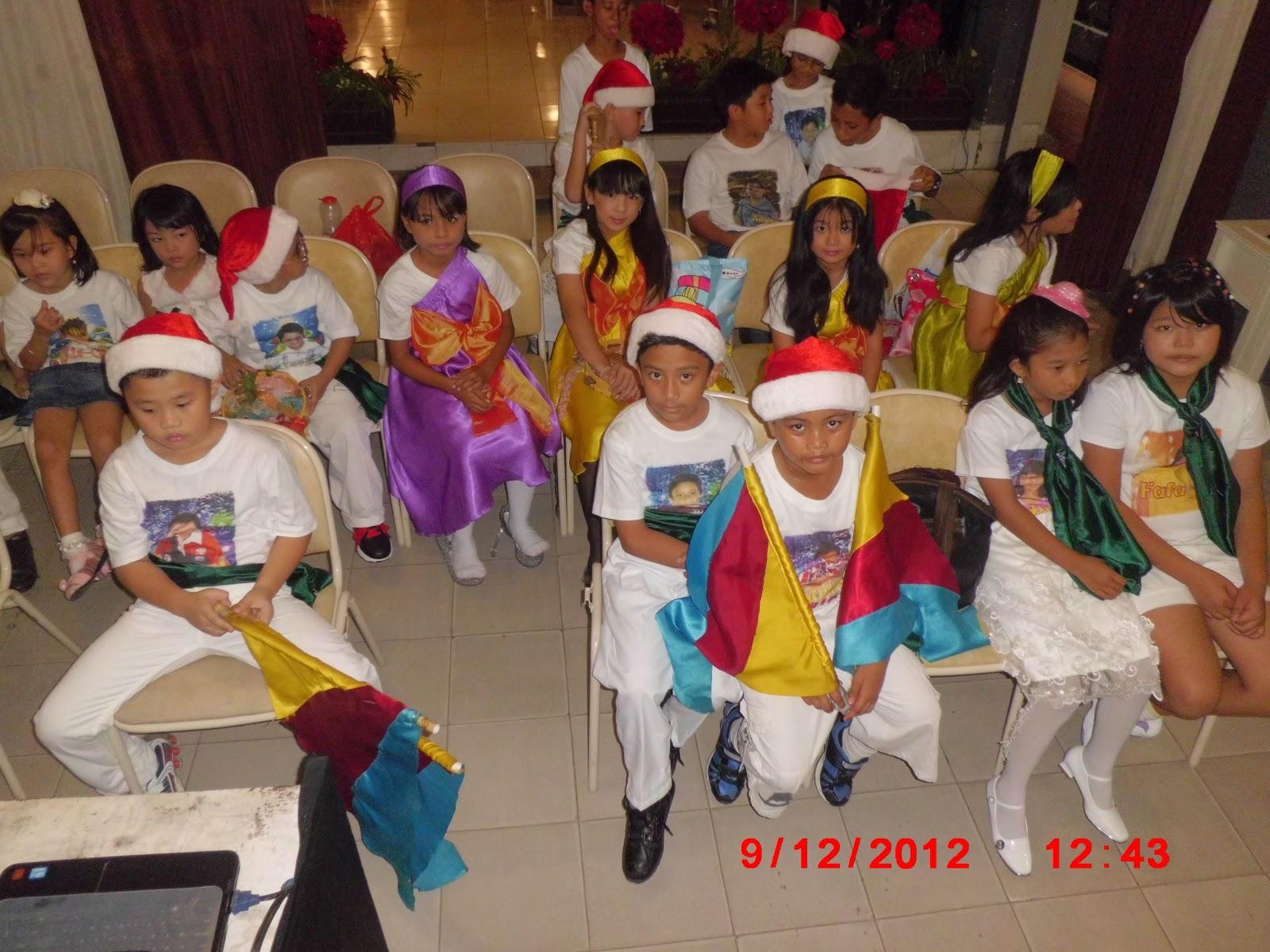 Choir dan penari bendera anak-anak juga sudah siap tampil.