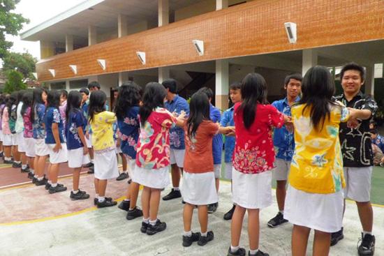 Siswa SMP Stella Duce 1 Yogyakarta memakai seragam Batik karya sendiri