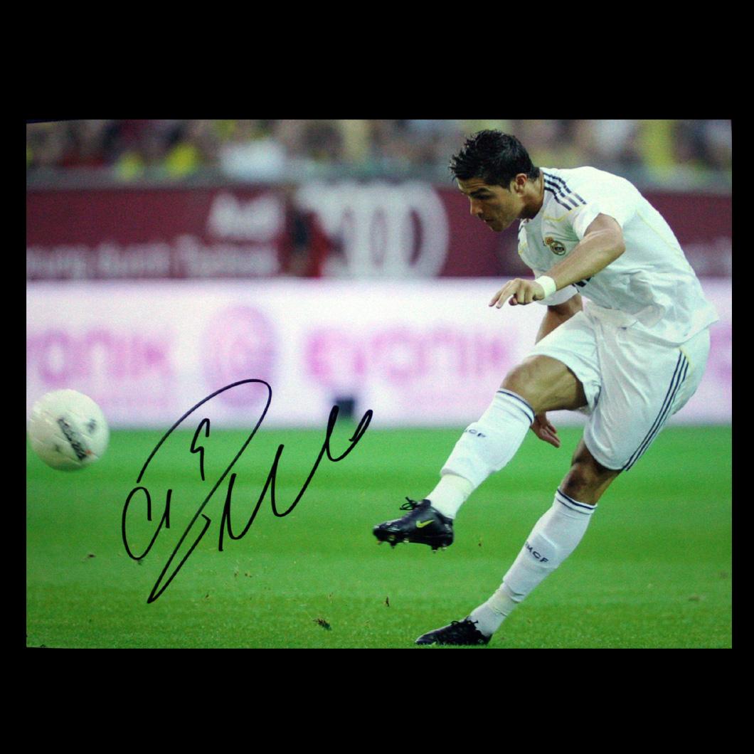 http://1.bp.blogspot.com/-KIL63V22U5E/Tb0XdwYifhI/AAAAAAAAAAY/MuOYsDpFS8c/s1600/Cristiano_Ronaldo_Signed_Real_Madrid_Photo_Free_Kick_big.jpg