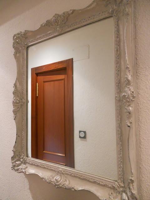 El desv n de los trastucos decorar con grises espejos y for Pintar marco espejo