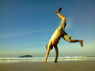 Homem usando sandálias de couro Itapuã - Pés Masculinos