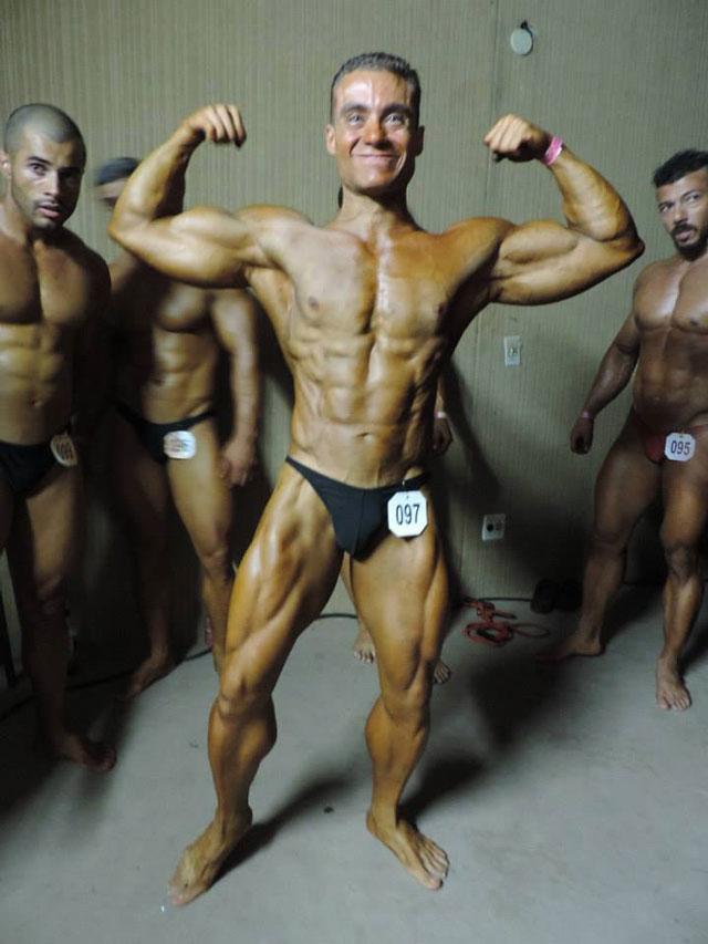 Rodrigo Peixoto mostra o shape seco antes de subir no palco da competição. Foto: Arquivo pessoal
