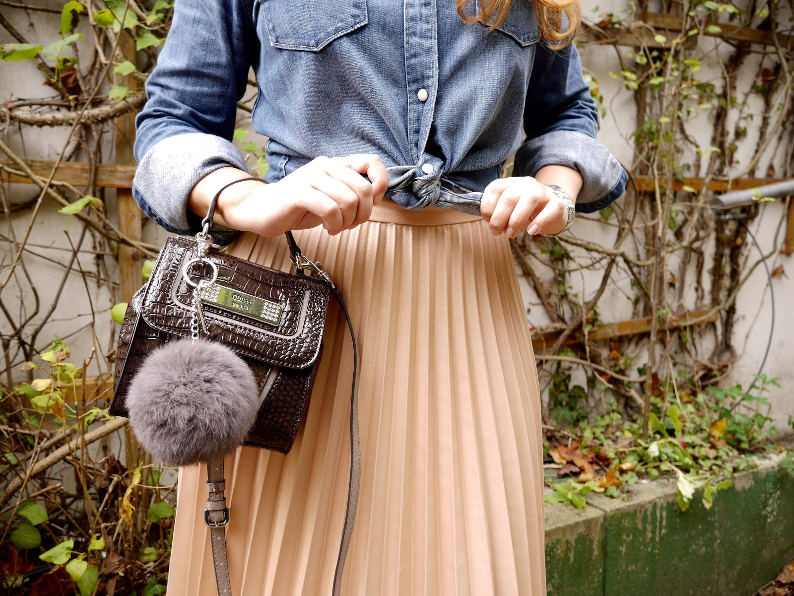 De mayor quiero ser egoblogger, fashion, egoblogger, street style, pleated skirt Zara, falda plisada Zara, blogger de moda, fashion blogger, Guess bag, furry charm