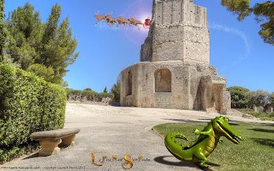 Le père Noël devant la tour Magne, à Nîmes, avec le crocodile