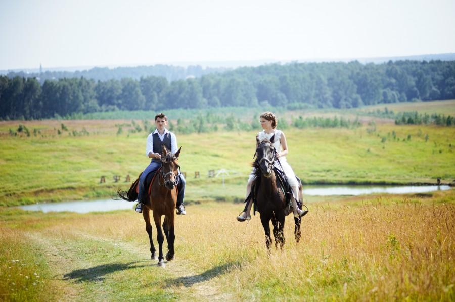 Novios llegan a la fiesta a caballo