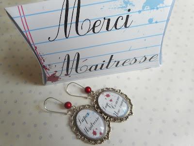 http://www.alittlemarket.com/boucles-d-oreille/fr_boucles_d_oreille_dormeuses_vintage_super_maitresse_sage_comme_une_image_boite_cadeau_merci_maitresse_blanc_bleu_-14888921.html