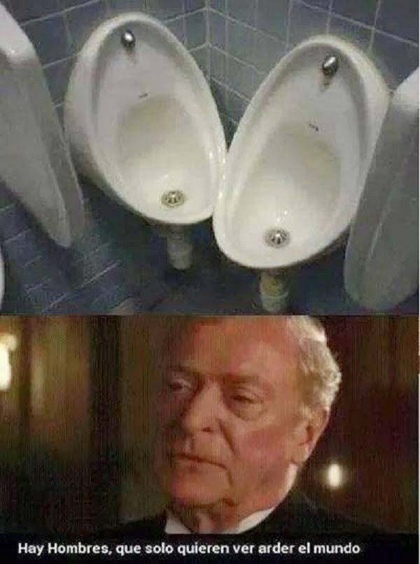 Y en el baño de hombres…