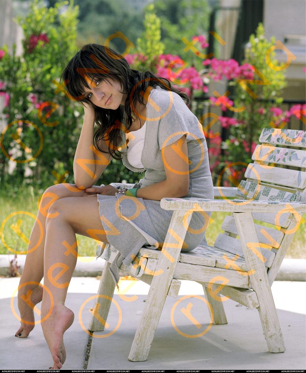 http://1.bp.blogspot.com/-KKDTARw17z4/TiAdAhXU2AI/AAAAAAAAALE/OV04WgGlD14/s1600/Ashlee-Simpson-Wentz-Feet-361885.jpg