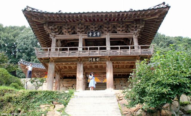 Mujer coreana delante de un pabellón del templo Buseoksa