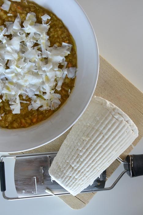 passato di verdure al pomodoro e aglio con riccioli di ricotta salata