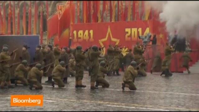 Soldados russos reencenam a tomada do Reichstag durante parada na Praça Vermelha: o recado de Putin: pode voltar a acontecer