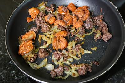 Preparación de huevos rotos con morcilla de arroz y chorizo