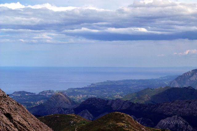 Costa de Caravia y Ribadesella en la subida al Pico Pienzu