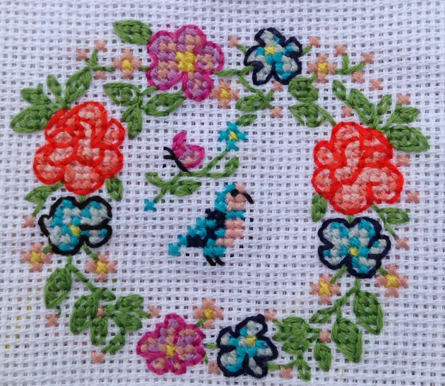broderie point de croix couronne fleurs oiseau papillon