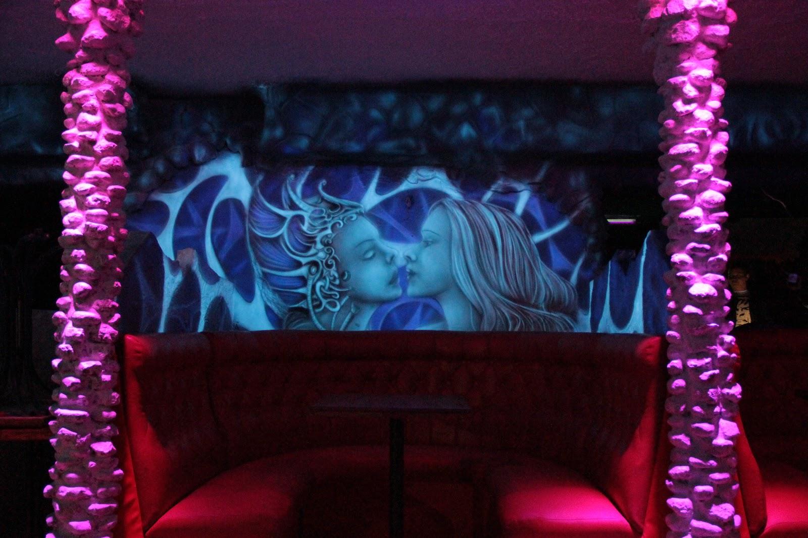 Artystyczne malowanie ścian w klubie Arctika w Płocku, mural ścienny UV, black light murals