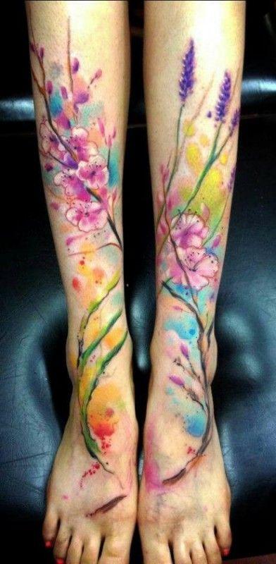Tatuagem feminina aquarela natureza na perna e pés