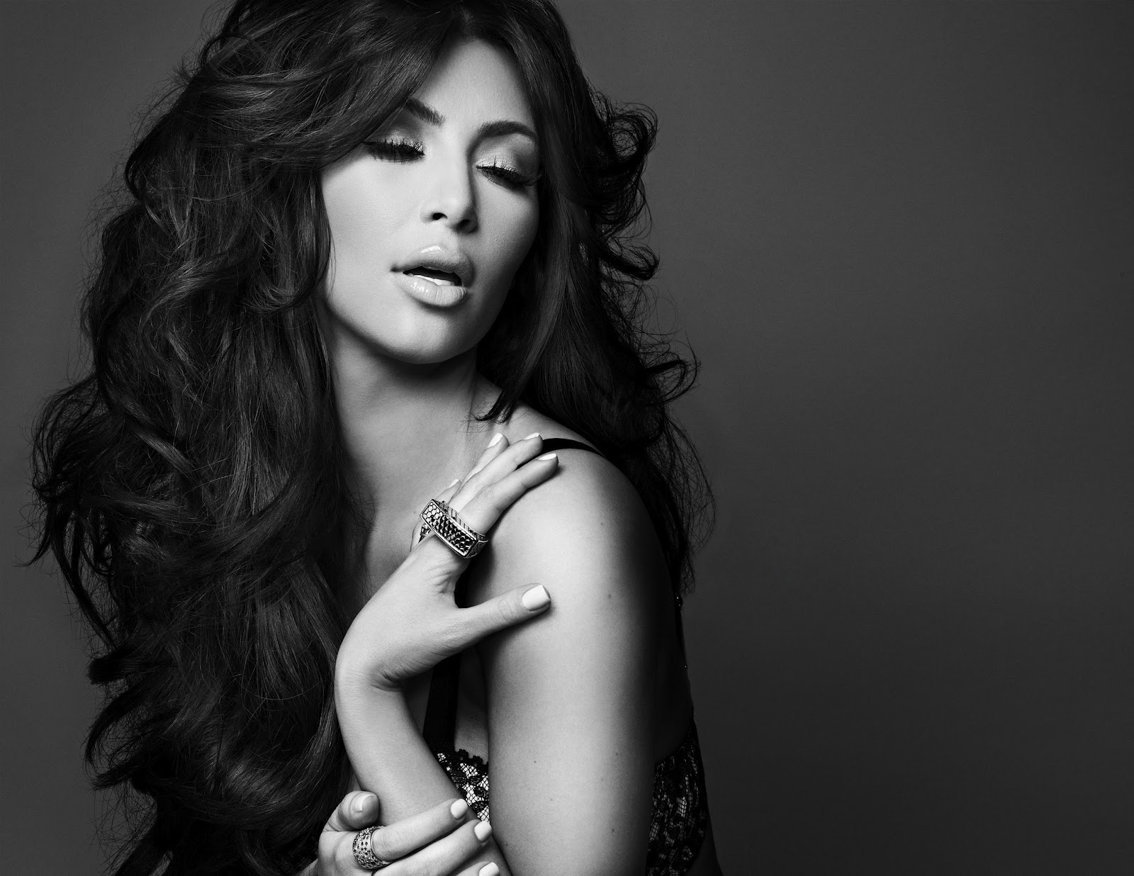 http://1.bp.blogspot.com/-KN6IglAaNsc/UGSe6Ev5nNI/AAAAAAABA7A/sglPCP4M-Zg/s1600/Kim+Kardashian+lingerie+photo+(4).jpg