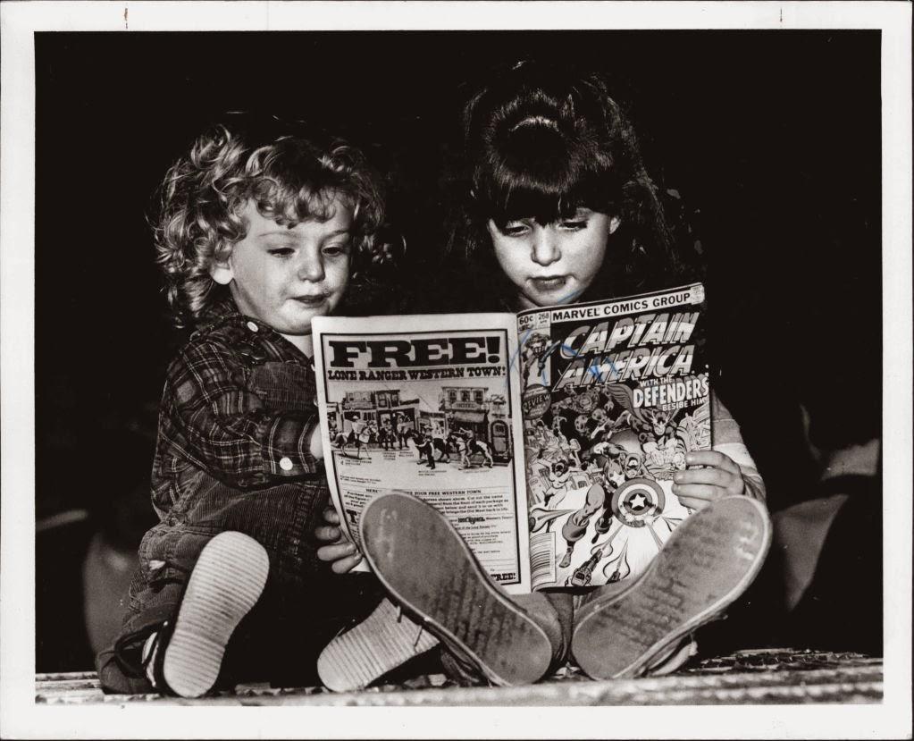 Niños leyendo tebeos