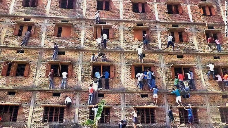 أولياء أمور الطلبة تغششهم في الهند