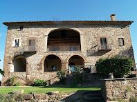 La façana de migdia amb galeries cobertes de Postius