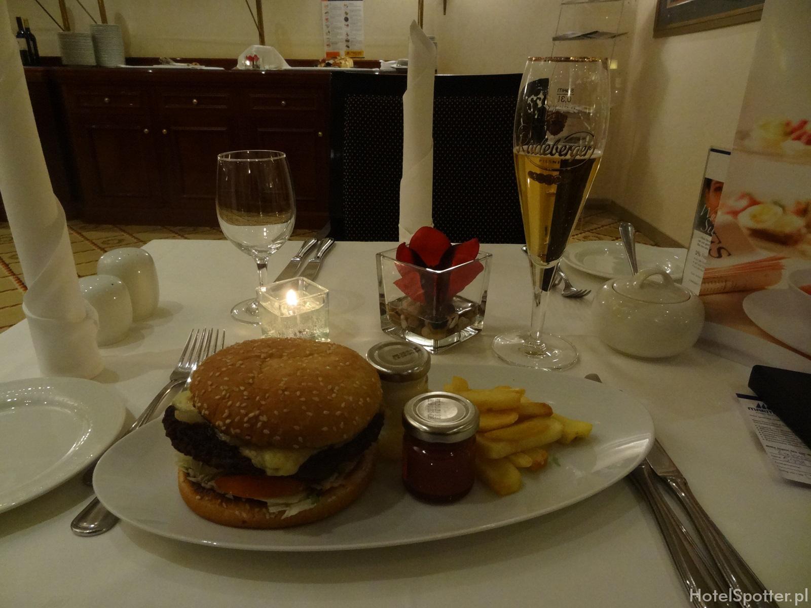 Maritim Hotel Berlin - club lounge free burgers
