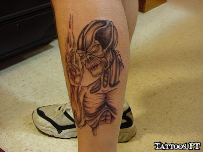 Alien na perna a tatoo