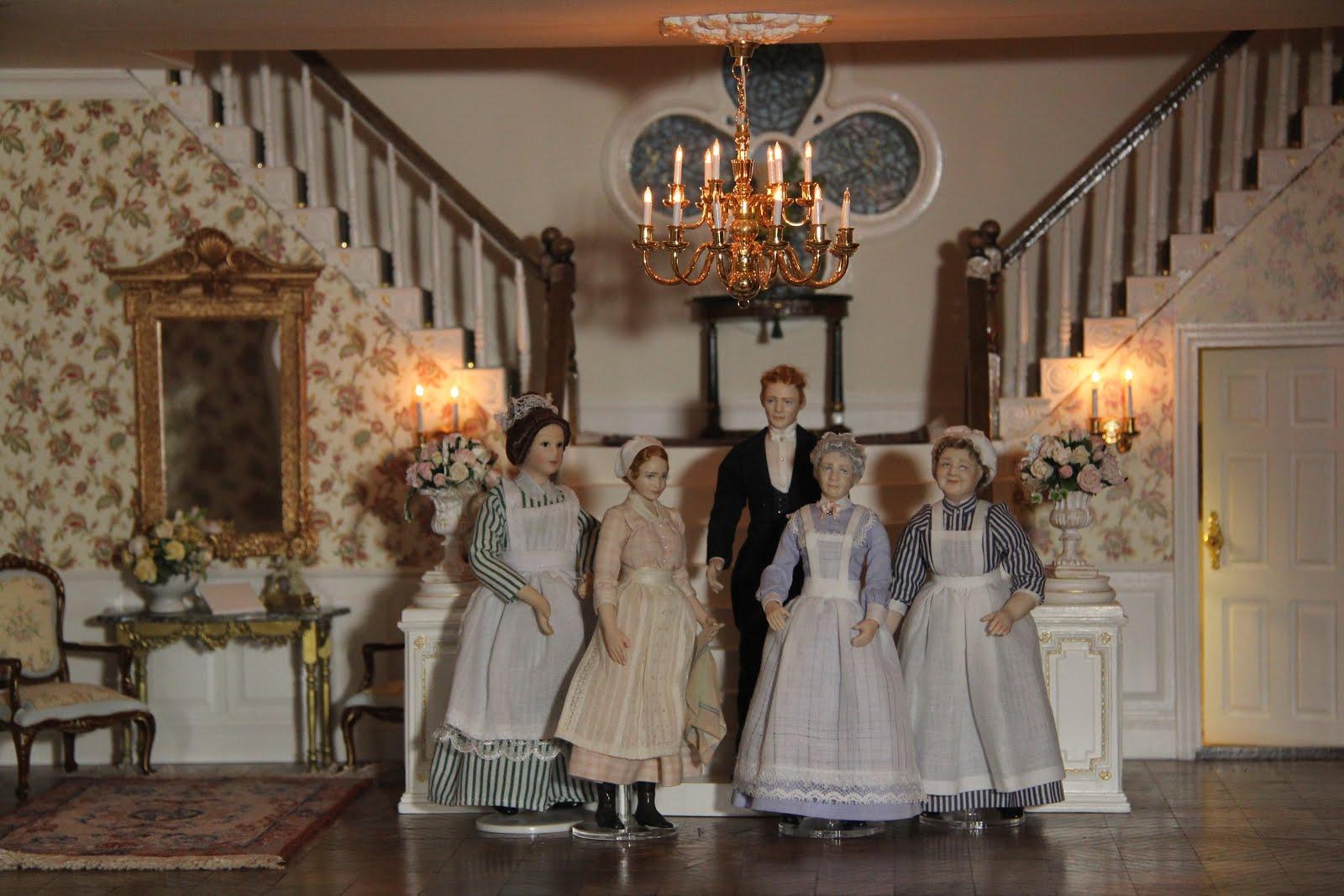 Butlern Mr Adam, nanny Klara, kokerskan Fru Landén, huspiga Stina och kökshjälp Elsa