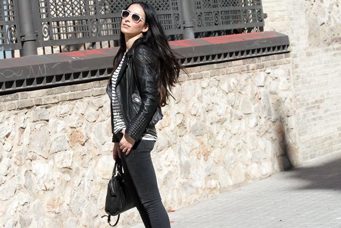 Blogger de moda y belleza de Valencia con look urbano y casual