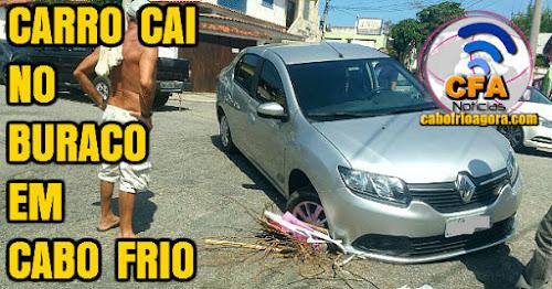 Carro cai em buraco de rua em Cabo Frio.