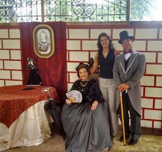 Secretária de Turismo de Teresópolis Cléo Jordão com Edinar Corradini e Henrique Silva, caracterizados como Imperatriz Teresa Cristina e Arthur Rebouças, durante visita do Tour da Experiência