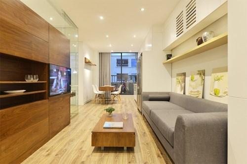 Nhà sử dụng nhiều màu sắc tươi sáng, kính trong giúp các phòng nằm khuất phía sau vẫn nhận được một phần ánh sáng.