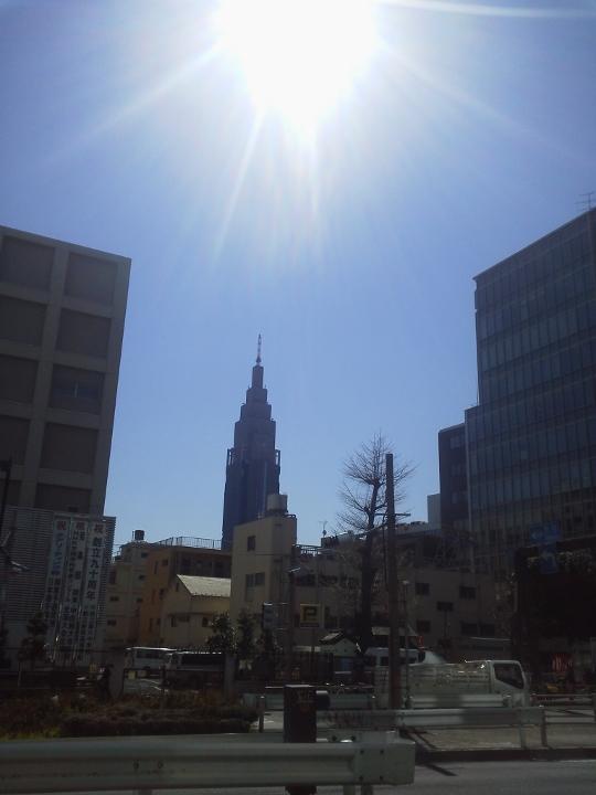 新宿の風景。写真中央にそびえている高層ビルは、NTTドコモ 代々木ビル です。