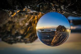 Turning the world upside-down - Geoffrey Dunn - Pedras