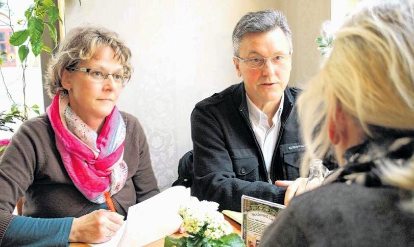 Rita Schlämann, Außenstellenleiterin beim Weißen Ring, und Manfred Dachner, stellvertretender Landesvorsitzender, sprechen mit Heidi Martens über ihre Erlebnisse. Die Frau hat von ihrem Lebensgefährten eine Morddrohung erhalten. FOTO: P. JASMER