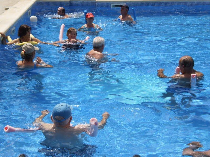 Ejercicios de verano en la piscina for Ejercicios en la piscina