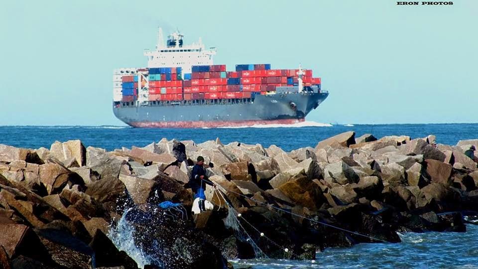 Navio de Container no Canal do Porto