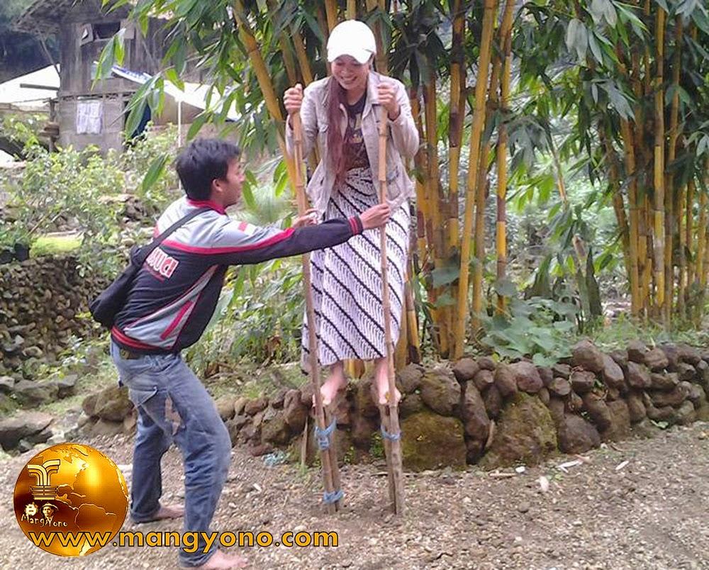 FOTO : Maen Jajangkungan. Na foto ieu lain budak nu keur maen jajangkungan, tapi Teh Yuli Merdekawati, Lurah Cigadung, Subang ... Heheh.