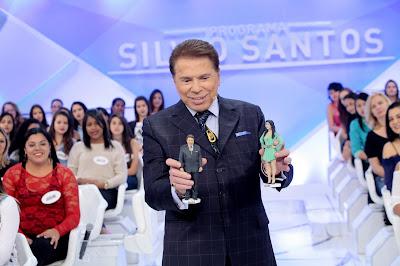 Silvio ganha boneco com seu rosto da empresa MiniYou (Crédito: Lourival Ribeiro/SBT)