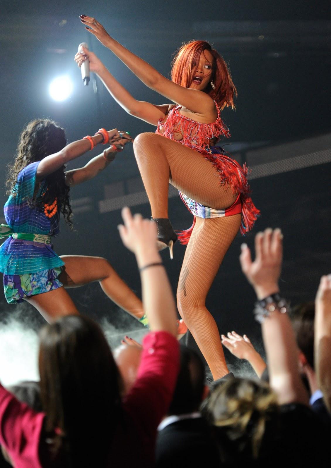 http://1.bp.blogspot.com/-KQOGl5h1Fdo/TVwbOEn8c2I/AAAAAAAAAT8/9QiU1vuurcE/s1600/Rihanna_grammy1.jpg