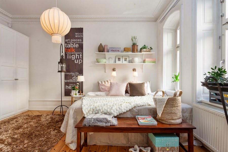 białe wnętrza, sypialnia, łóżko, lampion, półki, narzuta