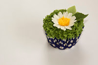 Daisy and grass cupcake