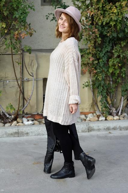 Fashionbloggerin Jaci von Fleur et Fatale zeit Outfit mit Oversize Pulli und Hut.