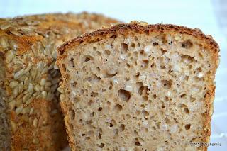 Chleb po przekrojeniu, widać białą kaszę gryczaną