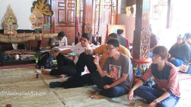 Mahasiswa Internasional mendengarkan lantunan lagu Jawa