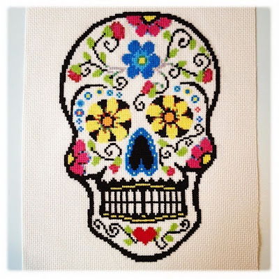 Day of the dead dødningehoved. Korssting broderi. Fra broderibogen Twisted Stitches.