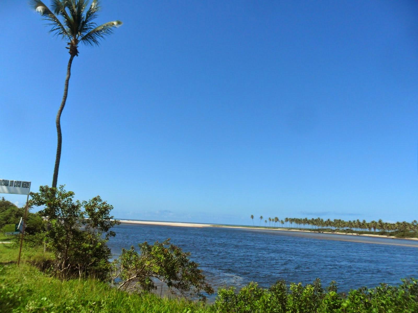 O rio Rio Jacuipe desembocando no mar.