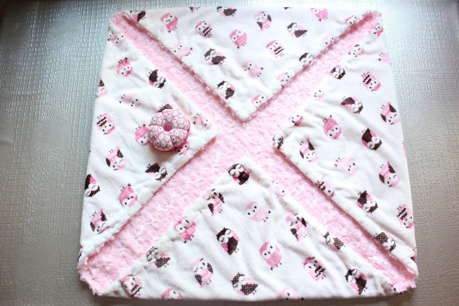 DIY súper fácil: Mantita para bebé con tela minky ~ Sara\'s Code ...