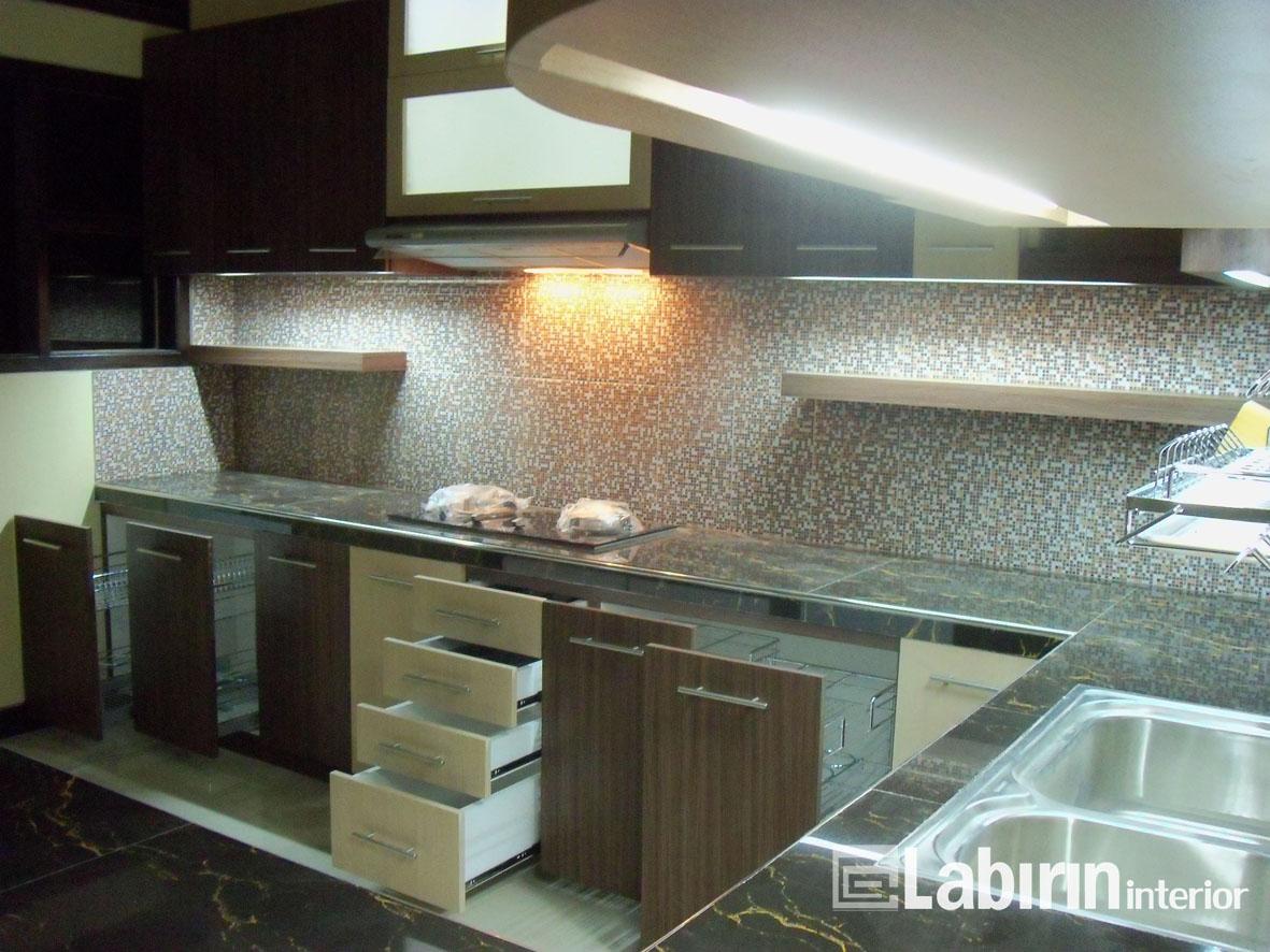 Kitchen set minimalis dengan bentuk l yang elegan for Rak kitchen set minimalis