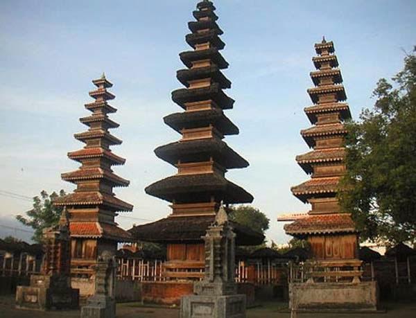 tempat ibadah umat hindu, kerukunan umat beragama, wisata religi di lombok, perpaduan umat hindu dan islam, tempat wisat di lombok,