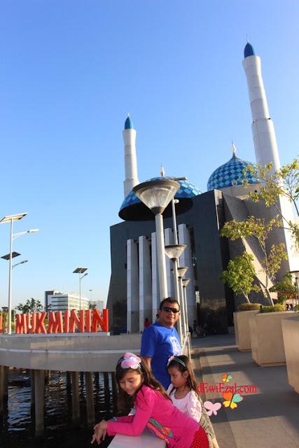 jalan jalan ke Mesjid terapung Amirul Mukminin makassar